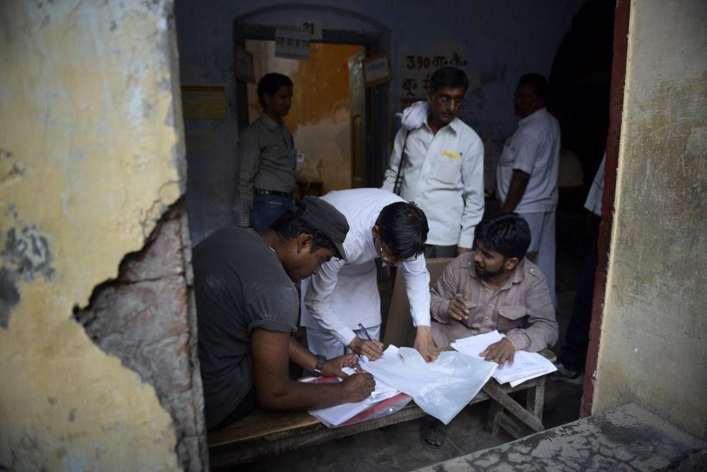 19.INDIE, Waranasi, 12 maja 2014: Członkowie komisji wyborczej podczas pracy. AFP PHOTO/ROBERTO SCHMIDT