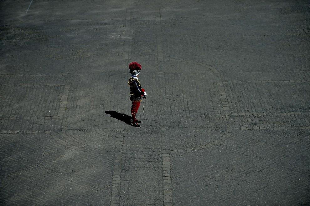 19.WATYKAN, 6 maja 2014: Dowódca Gwardii Szwajcarskiej podczas ceremonii zaprzysiężenia nowych gwardzistów. AFP PHOTO/ Filippo MONTEFORTE
