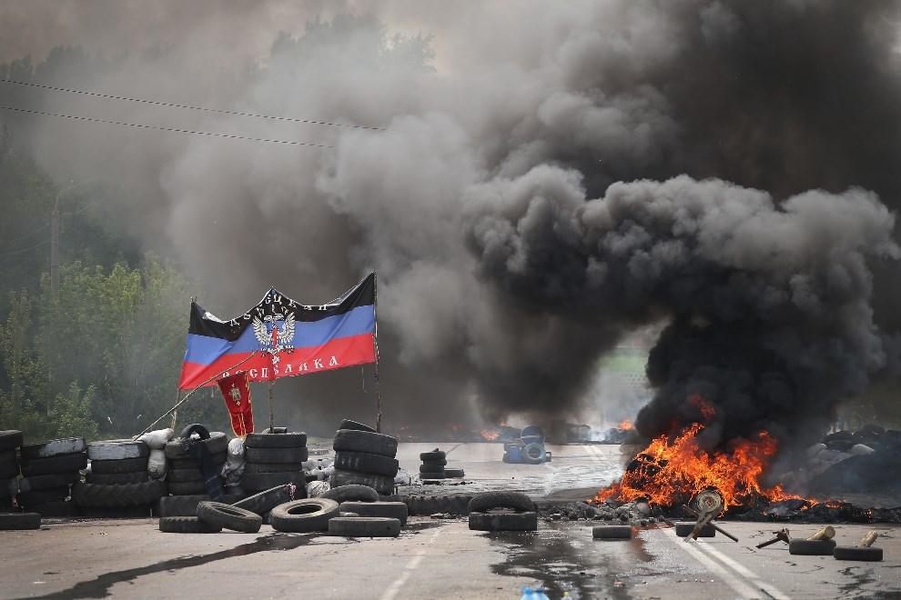 19.UKRAINA, Kramatorsk, 3 maja 2014: Barykada podpalona przez prorosyjskich separatystów. (Foto: Scott Olson/Getty Images)