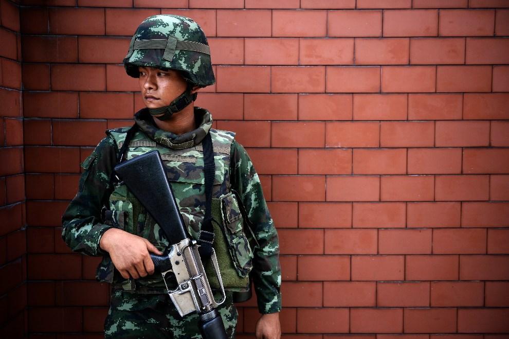 1.TAJLANDIA, Bangkok, 20 maja 2014: Żołnierz przed budynkiem rządowym po wprowadzeniu stanu wojennego. AFP PHOTO/Christophe ARCHAMBAULT