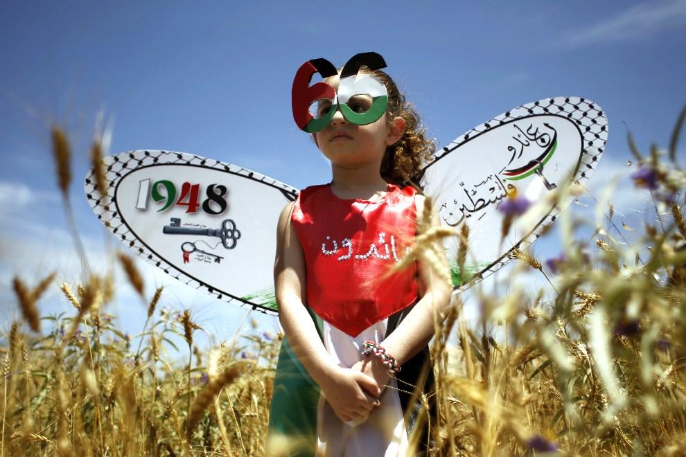 """1.STREFA GAZY, 15 maja 2014: Palestynka z w stroju symbolizującym 66 rocznicę """"katastrofy"""", czyli powstania państwa Izrael. AFP PHOTO/ SAID KHATIB"""