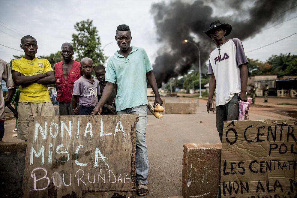 """1.REPUBLIKA ŚRODKOWOAFRYKAŃSKA, Bangui, 29 maja 2014: Ludzie protestujący przeciw atakowi na kościół. Napis głosi: Nie dla Burundyjskiej MISCA (fr. """"Mission   internationale de soutien à la Centrafrique sous conduite africaine"""" – Międzynarodowa Misja Wsparcia w Republice Środkowoafrykańskiej pod Dowództwem Sił Afrykańskich).   AFP PHOTO / MARCO LONGARI"""