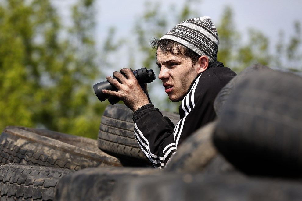 20.UKRAINA, Słowiańsk, 3 maja 2014: Prorosyjski aktywista na barykadzie. AFP PHOTO / MAX VETROV
