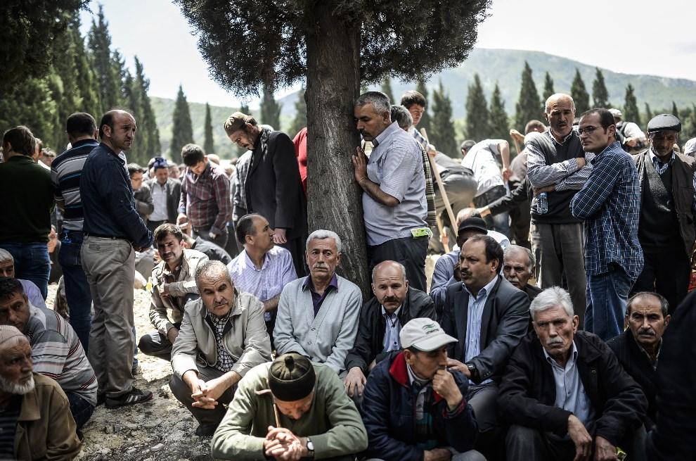 20.TURCJA, Soma, 15 maja 2014: Grupa mężczyzn na cmentarzu podczas pogrzebu ofiar katastrofy górniczej. AFP PHOTO/BULENT KILIC