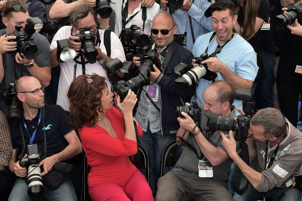 20.FRANCJA, Cannes, 21 maja 2014: Sophia Loren w towarzystwie foto dziennikarzy. AFP PHOTO / BERTRAND LANGLOIS