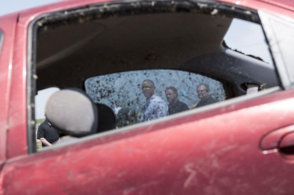 20.USA, Vilonia, 7 maja 2014: Barack Obama odwiedza tereny spustoszone przez tornado. AFP PHOTO/Brendan SMIALOWSKI