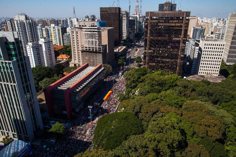 20.BRAZYLIA, Sao Paulo, 4 maja 2014: Widok na centrum miasta przez które przechodzi Gay Pride Parade. (Foto: Victor Moriyama/Getty Images)