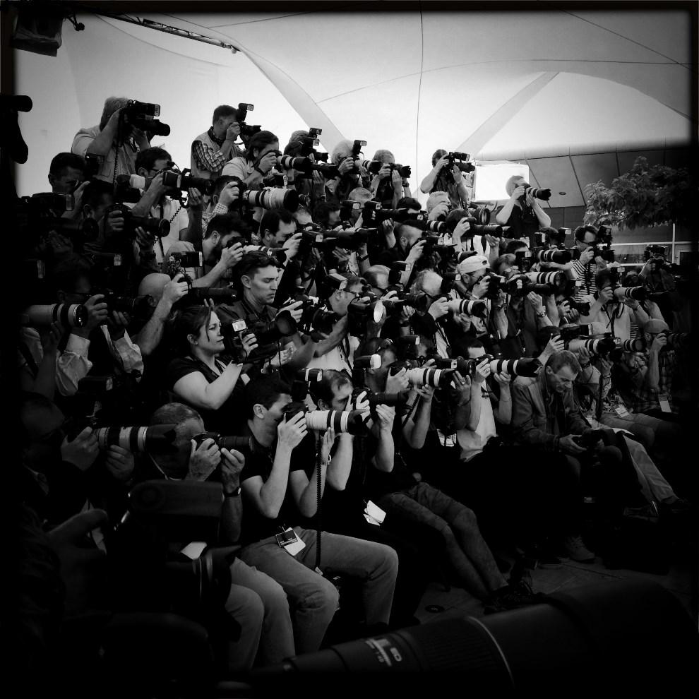 20.FRANCJA, Cannes, 14 maja 2014: Fotoreporterzy pracując podczas festiwalu w Cannes. AFP PHOTO / VALERY HACHE