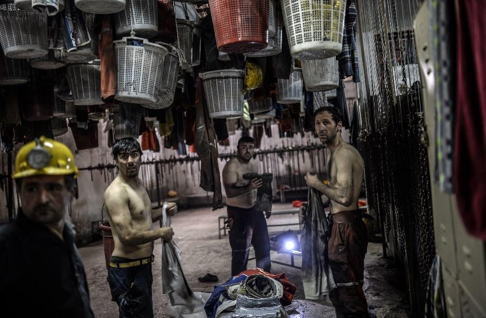 21.TURCJA, Manisa, 14 maja 2014: Górnicy przebierają się po wielu godzinach poszukiwań zasypanych kolegów. AFP PHOTO/BULENT KILIC