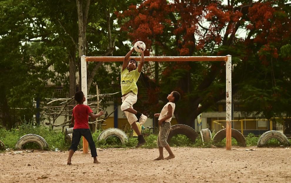 21.KOLUMBIA, Fundacion, 28 maja 2014: Dzieci grające w piłkę. AFP PHOTO /Luis Acosta