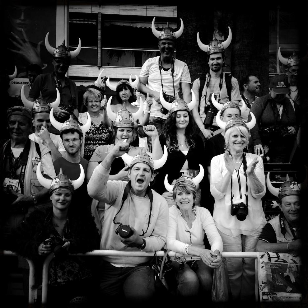 """21.FRANCJA, Cannes, 16 maja 2014: Widzowie pozdrawiają gwiazdy przyjeżdżające na premierę filmu """"How to train your Dragon 2"""". AFP PHOTO / VALERY HACHE"""