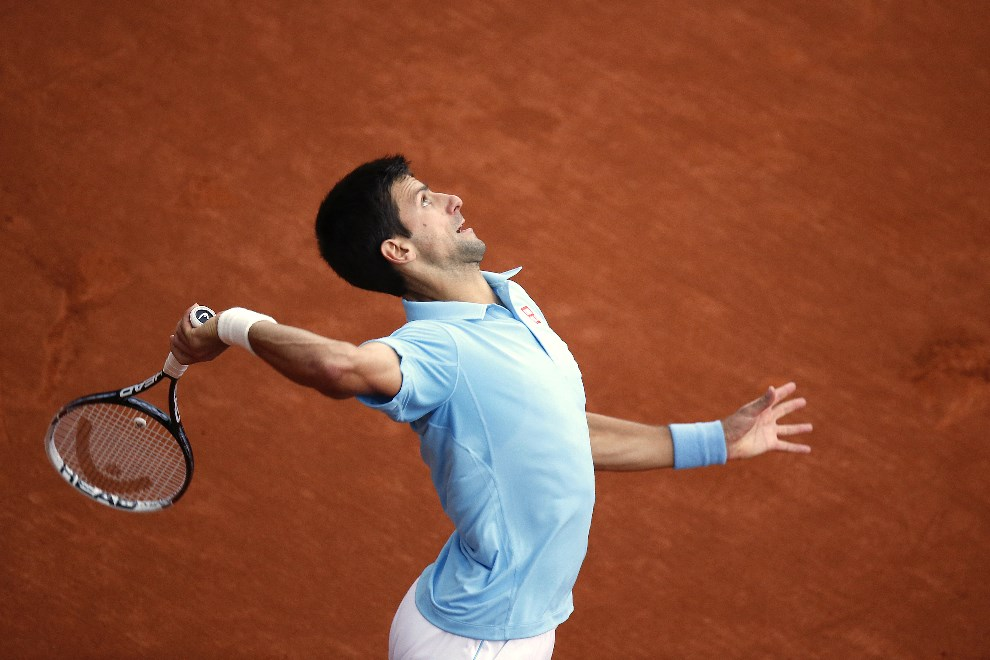 22.FRANCJA, Paryż, 28 maja 2014: Novak Djokovic serwuje piłkę w meczu rozgrywanym na kortach Roland Garros. AFP PHOTO / KENZO TRIBOUILLARD