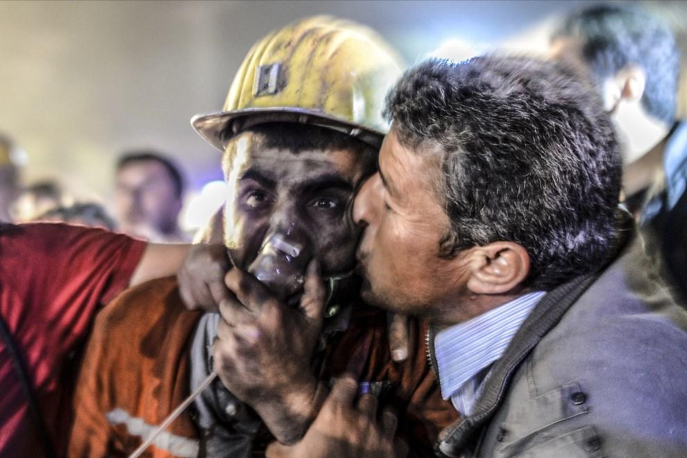 22.TURCJA, Manisa , 13 maja 2014: Ojciec całuje syna uratowanego z zasypanego chodnika w kopalni. AFP PHOTO/BULENT KILIC