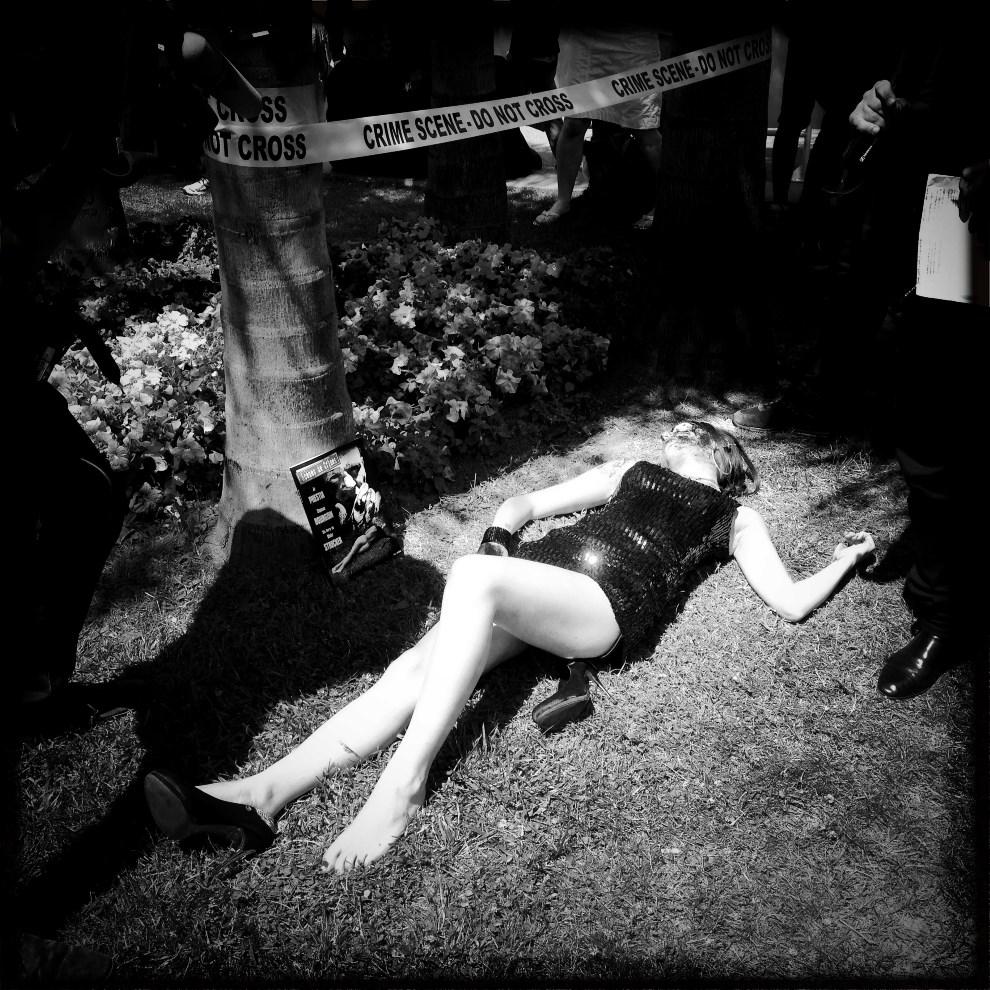22.FRANCJA, Cannes, 16 maja 2014: Aktorka odgrywające scenę morderstwa. AFP PHOTO / VALERY HACHE