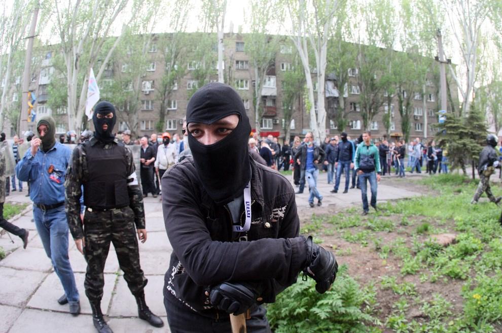 23.UKRAINA, Donieck, 4 maja 2014: Prorosyjscy aktywiści po zajęciu jednego z budynków rządowych. AFP PHOTO/ ALEXANDER KHUDOTEPLY