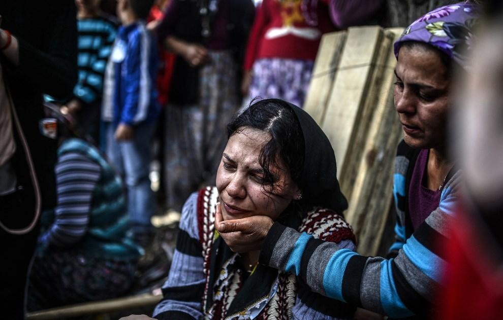23.TURCJA, Soma, 15 maja 2014: Kobieta na pogrzebie ofiar katastrofy w kopalni. AFP PHOTO/BULENT KILIC