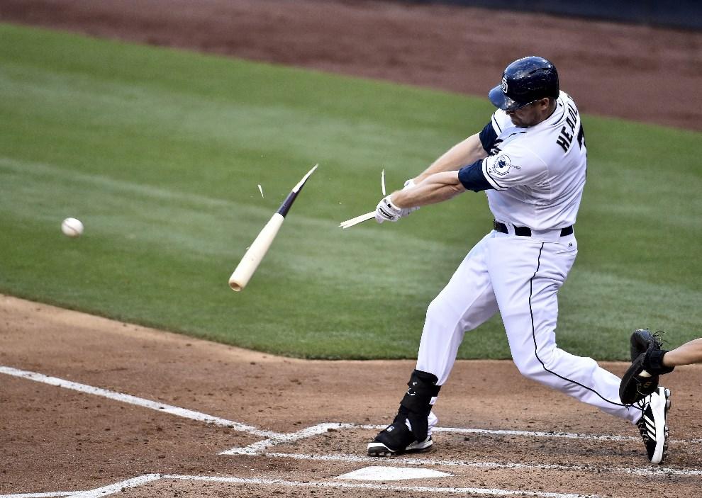 23.USA, San Diego, 21 maja 2014: Chase Headley z San Diego Padres łamie kij podczas uderzenia. (Foto: Denis Poroy/Getty Images)