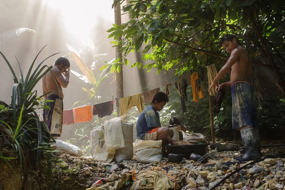 24.FILIPINY, Pinut-An, 22 kwietnia 2014: Górnicy myją się po wyjściu z klubu.  (Foto: Luc Forsyth/Getty Images)