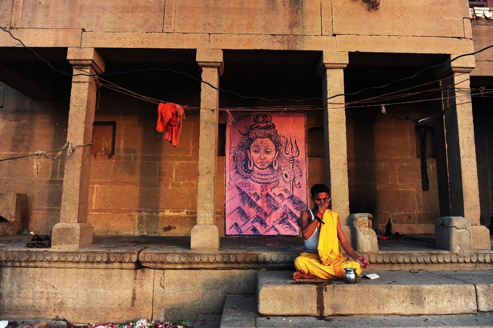 25.INDIE, Waranasi, 11 maja 2014: Sadhu podczas modlitwy nad brzegiem Gangesu. AFP PHOTO/ROBERTO SCHMIDT