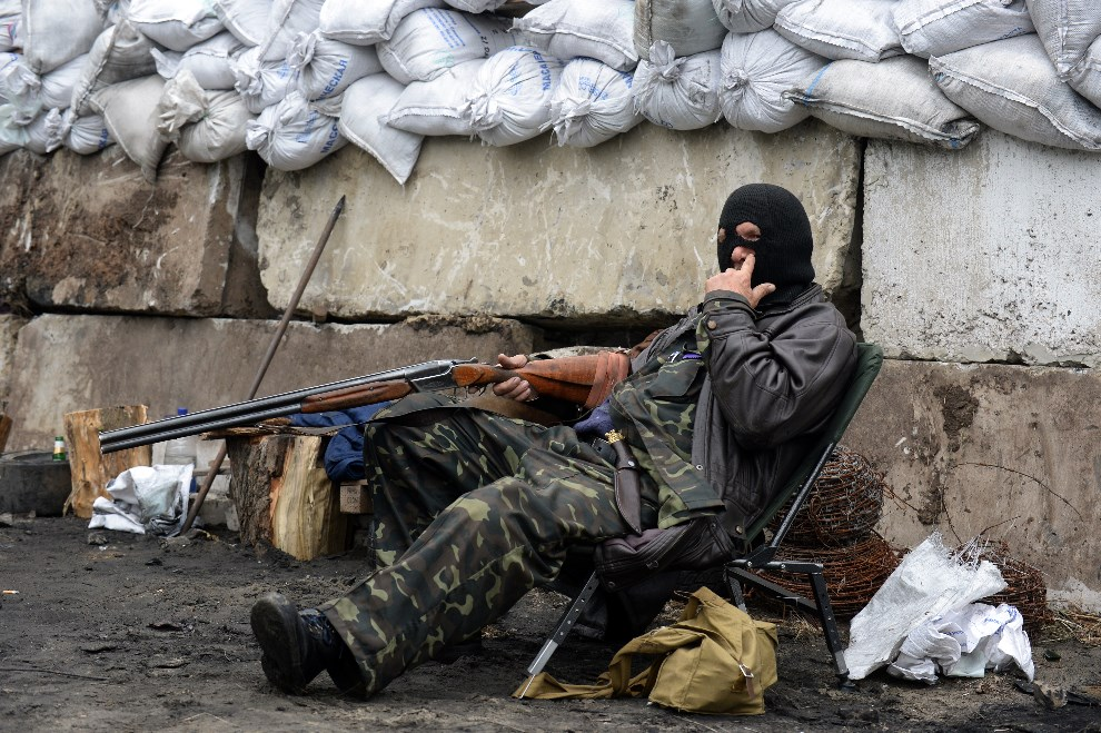 25.UKRAINA, Słowiańsk, 30 kwietnia 2014: Prorosyjski aktywista na punkcie kontrolnym przy wjeździe do miasta. AFP PHOTO / VASILY MAXIMOV