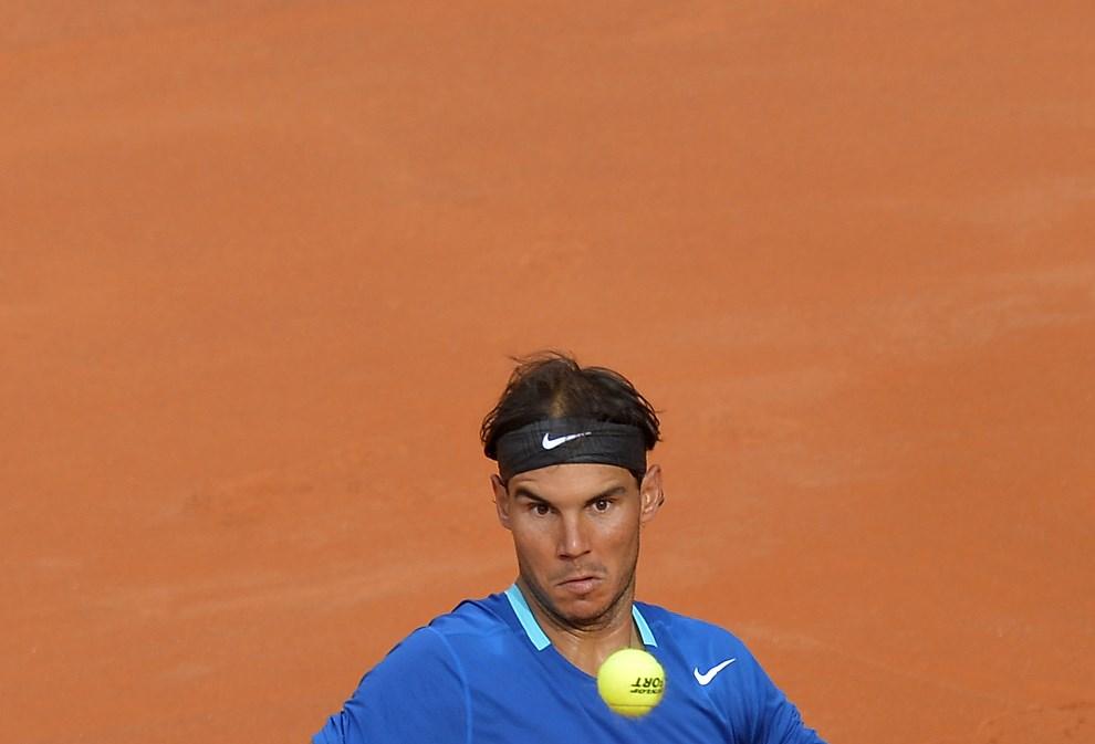 25.WŁOCHY, Rzym, 18 maja 2014: Rafael Nadal grający z Novakiem Djokovicem.  AFP PHOTO / ANDREAS SOLARO