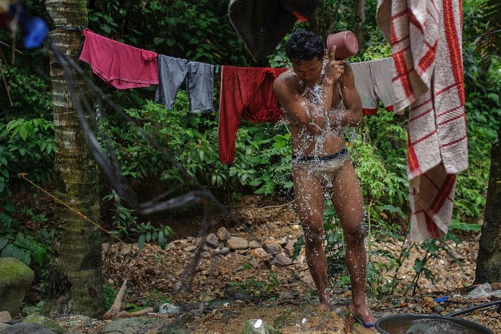 25.FILIPINY, Pinut-An, 23 kwietnia 2014: Mężczyzna podczas kąpieli po zakończonej pracy. (Foto: Luc Forsyth/Getty Images)