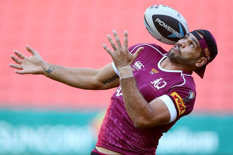 25.AUSTRALIA, Brisbane, 27 maja 2014: Greg Inglis próbuje złapać podaną do niego piłkę. (Foto: Chris Hyde/Getty Images)