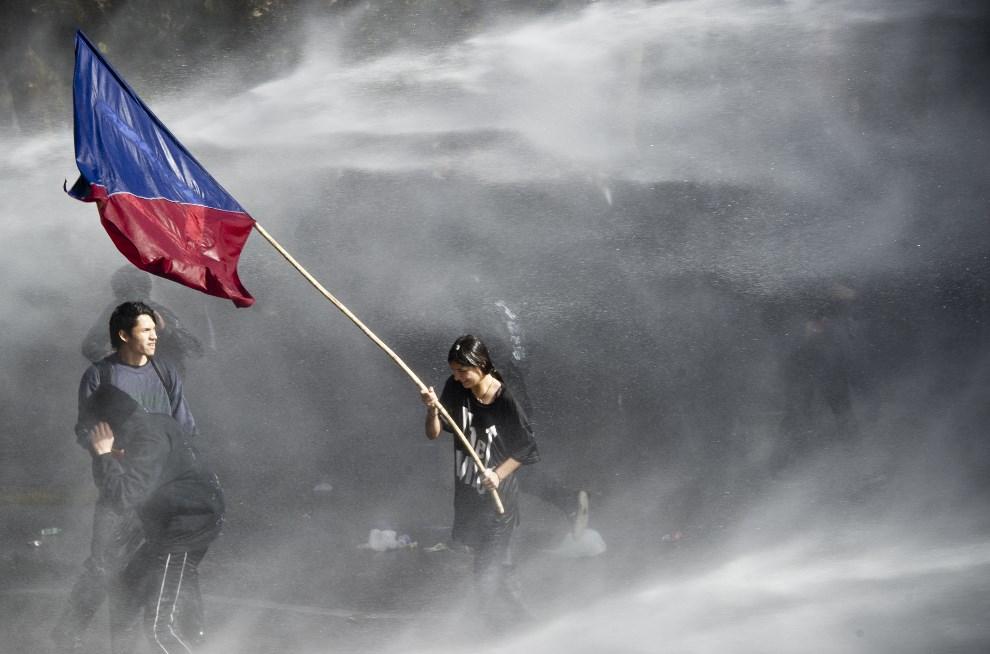 26.CHILE, Santiago, 8 maja 2014: Starcia studentów z policją podczas demonstracji przeciw systemowi edukacji. AFP PHOTO/MARTIN BERNETTI