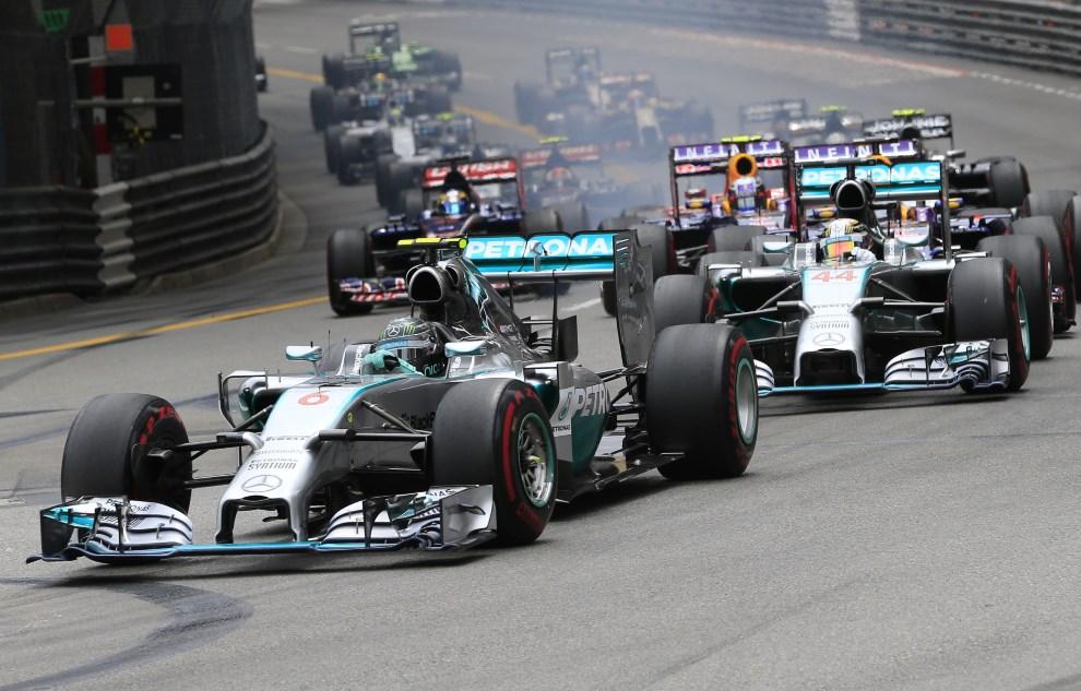 26.MONAKO, Monte-Carlo, 25 maja 2014:  Nico Rosberg przewodzi grupie bolidów podczas GB Monte-Carlo. AFP PHOTO
