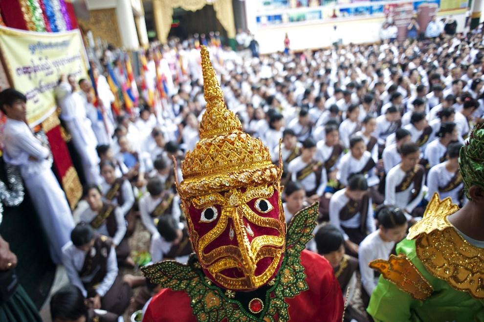 26.MJANMA, Yangon, 13 maja 2014: Uroczystości religijne w świątyni Shwedagon. AFP PHOTO/YE AUNG THU