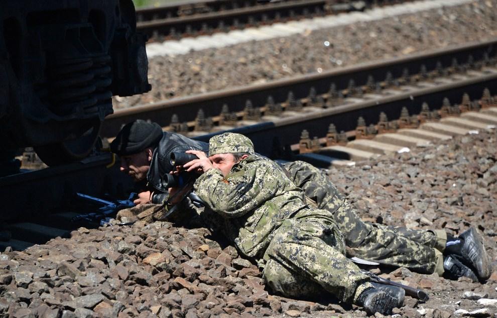 27.UKRAINA, Słowiańsk, 6 maja 2014 Prorosyjscy bojownicy zajmują pozycję w pobliżu torów kolejowych. AFP PHOTO / VASILY MAXIMOV