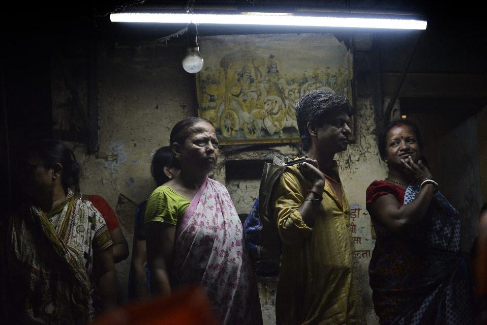 27.INDIE, Waranasi, 8 maja 2014: Ludzie przyglądający się przejeżdżającej kolumnie z jednym z kandydatów w wyborach. AFP PHOTO/Roberto SCHMIDT