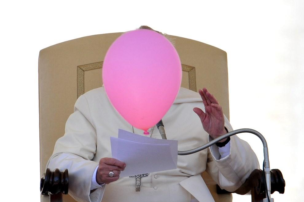 27.WATYKAN, 14 maja 2014: Balon zasłania twarz Franciszka podczas audiencji generalnej. AFP PHOTO / TIZIANA FABI
