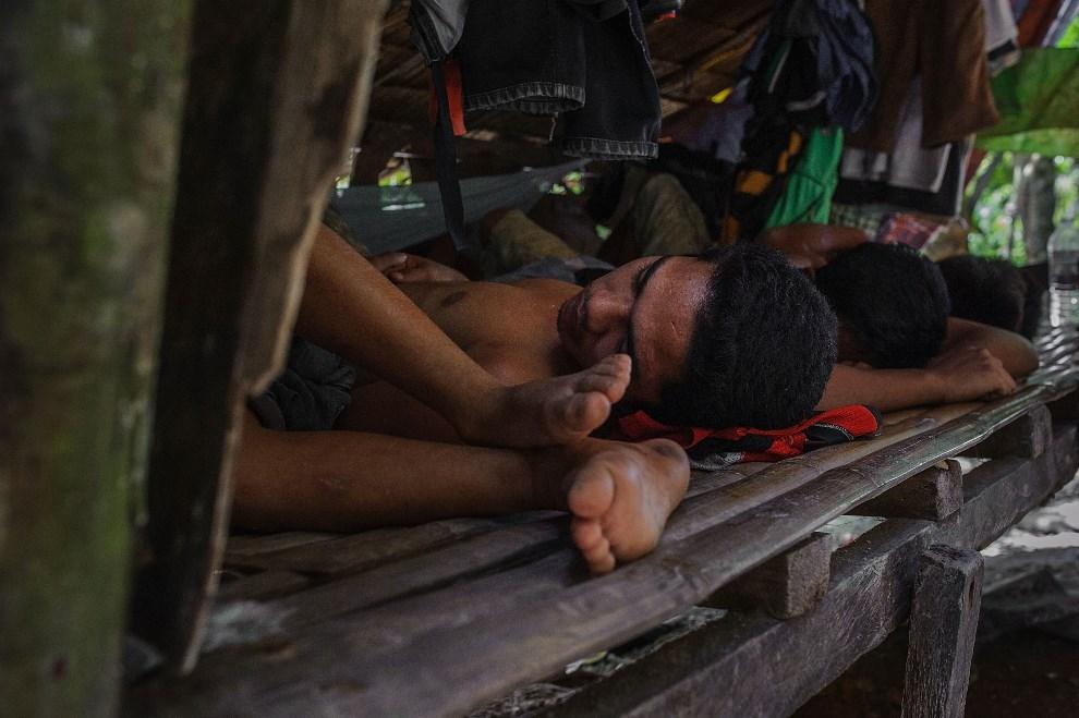 27.FILIPINY, Pinut-An, 22 kwietnia 2014: Górnicy podczas drzemki w obozie. (Foto: Luc Forsyth/Getty Images)