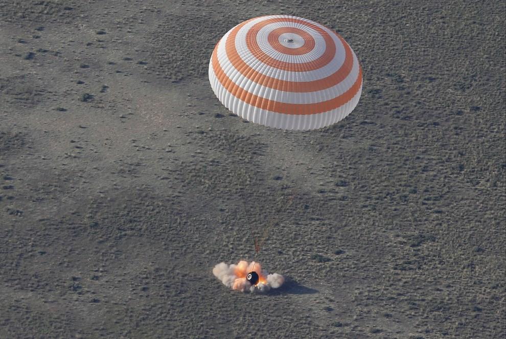 28.KAZAHSTAN, Żezkazgan, 14 maja 2014: Lądowanie kapsuły Sojuz TMA-011M. AFP PHOTO / POOL