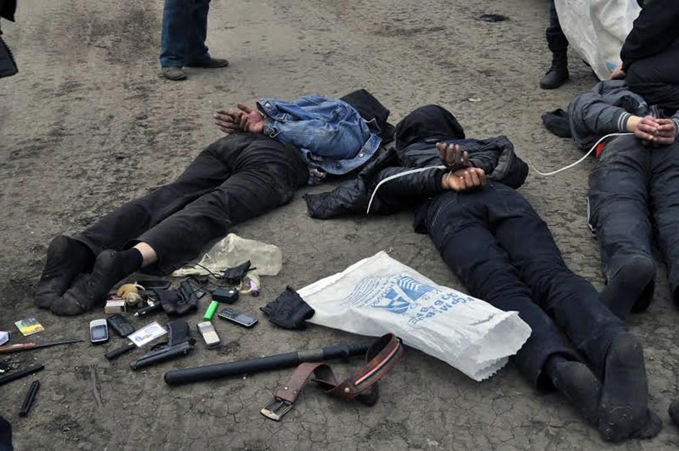 28.UKRAINA, Słowiańsk, 2 maja 2014: Prorosyjscy bojownicy zatrzymani przez ukraińskie wojsko.  AFP PHOTO/ UKRAINIAN DEFENCE MINISTRY PRESS-SERVICE HAND OUT/ STR