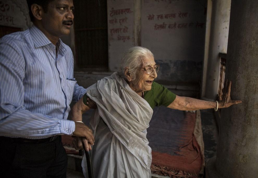 28.INDIE, Waranasi, 12 maja 2014: Starsza kobieta wchodzi do lokalu wyborczego. (Foto: Kevin Frayer/Getty Images)