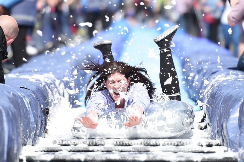 29.WIELKA BRYTANIA, Bristol, 4 maja 2014: Kobieta zjeżdża po instalacji autorstwa Luke'a Jerrama. AFP PHOTO/LEON NEAL