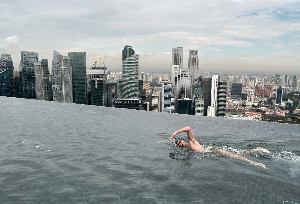 29.SINGAPUR,  20 maja 2014:  Mistrz świata, Christian Sprenger, podczas spotkania z chorymi dziećmi, na dachu hotelu Marina Bay Sands. AFP PHOTO/ROSLAN RAHMAN