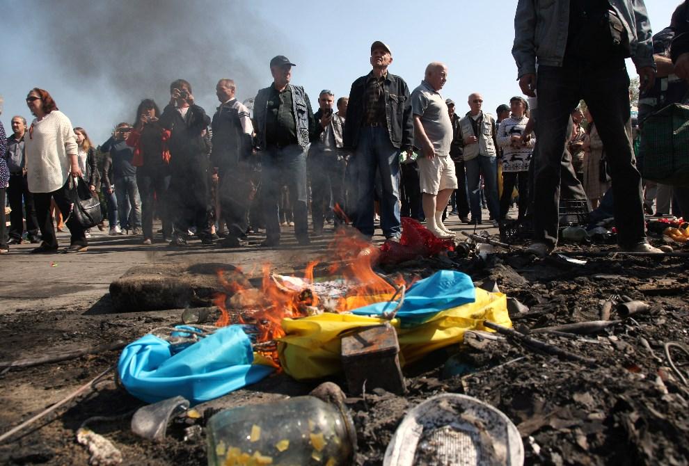29.UKRAINA, Odessa, 3 maja 2014: Prorosyjscy aktywiści palą flagę Ukrainy. AFP PHOTO/ ANATOLII STEPANOV
