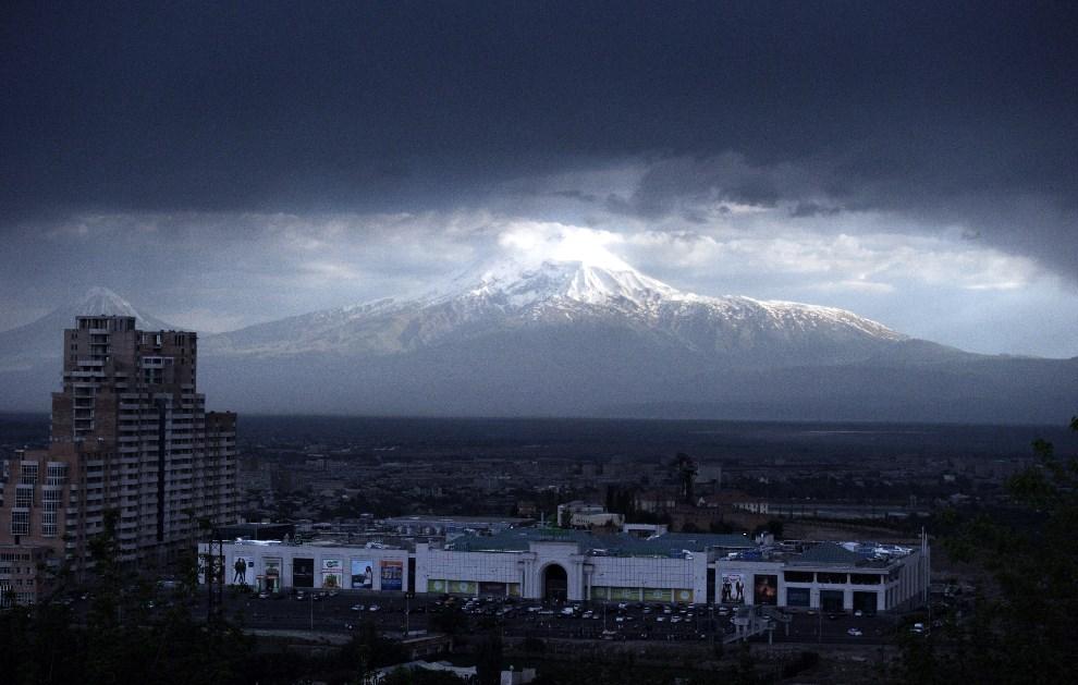 29.ARMENIA, Erewań, 12 maja 2014: Góra Ararat (w Turcji) widziana z terytorium Armenii. AFP PHOTO / STEPHANE DE SAKUTIN