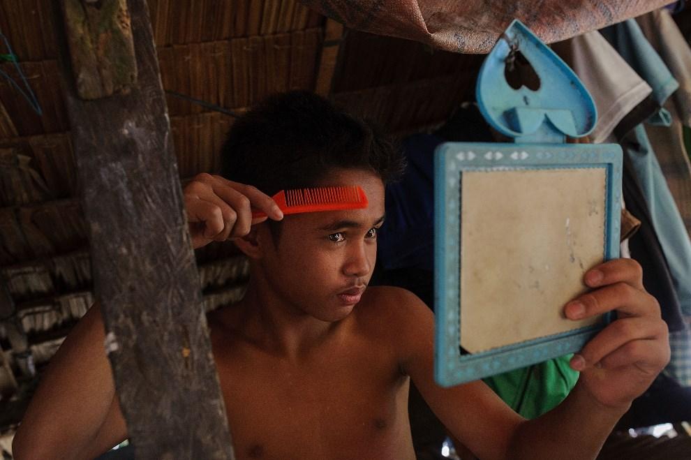 29.FILIPINY, Pinut-An, 23 kwietnia 2014: Młody górnik poprawia fryzurę. (Foto: Luc Forsyth/Getty Images)