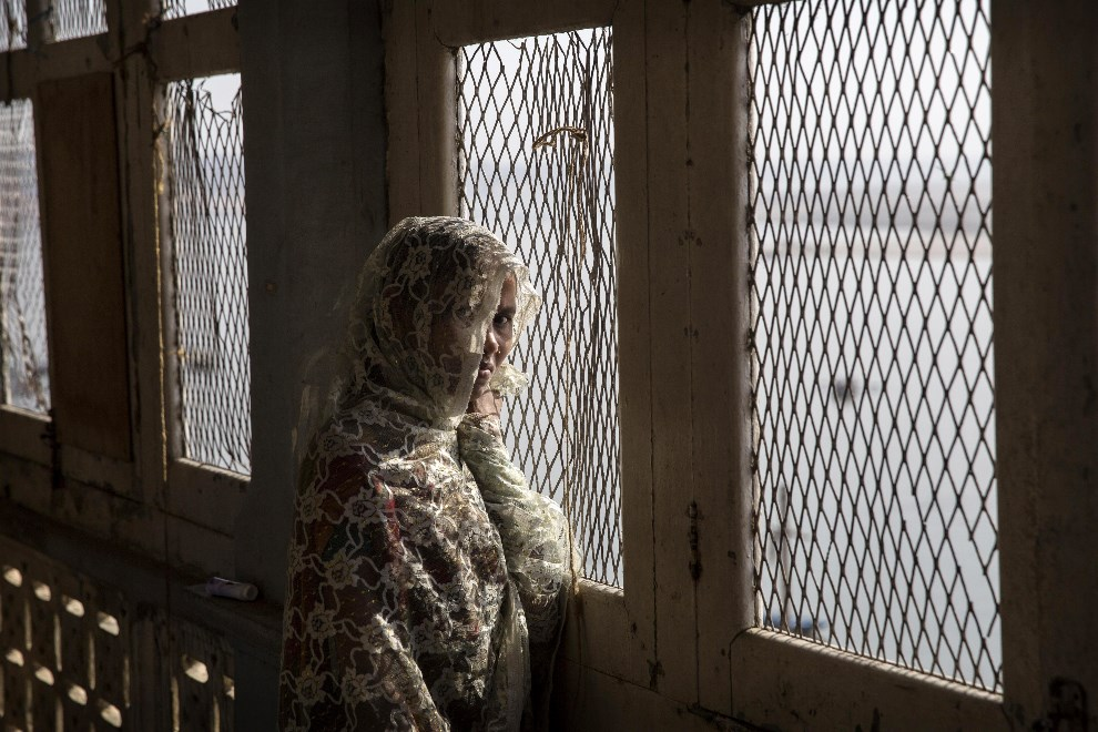 29.INDIE, Waranasi, 12 maja 2014: Kobieta w oknie nad brzegiem Gangesu. (Foto: Kevin Frayer/Getty Images)