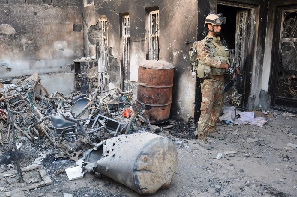 2.IRAK, Ramadi, 21 maja 2014: Budynek zniszczony podczas walk między wojskiem Ii przeciwnikami rządu. AFP PHOTO / AZHAR SHALLAL