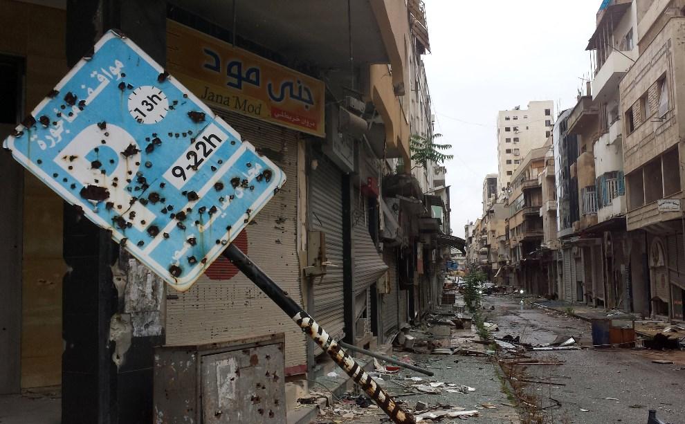 2.SYRIA, Homs, 8 maja 2014:  Ulica prowadząca do starej części miasta. AFP PHOTO/YOUSSEF KARWASHAN