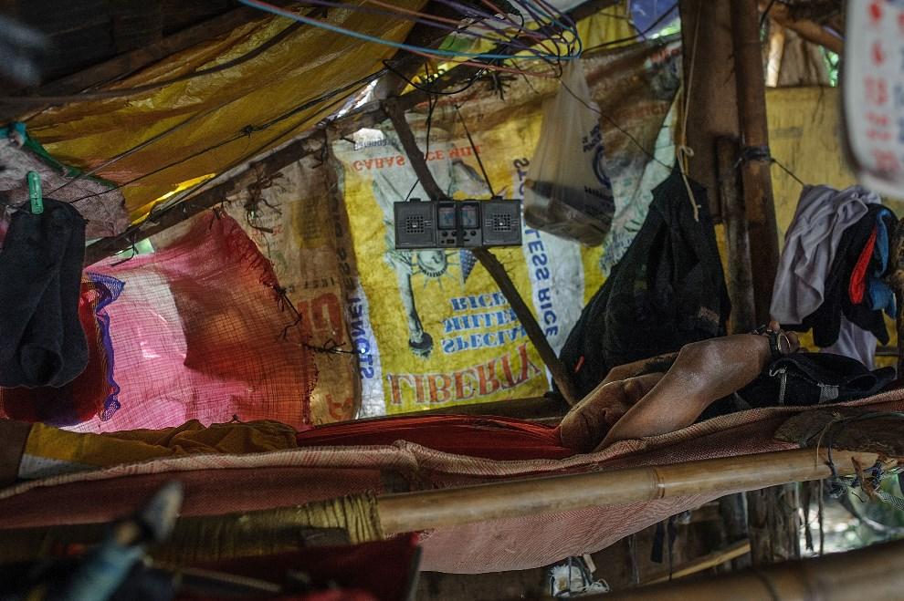 2.4 FILIPINY, Pinut-An, 23 kwietnia 2014: Mężczyz śpiący w jednym z namiotów w obozie górników. (Foto: Luc Forsyth/Getty Images)