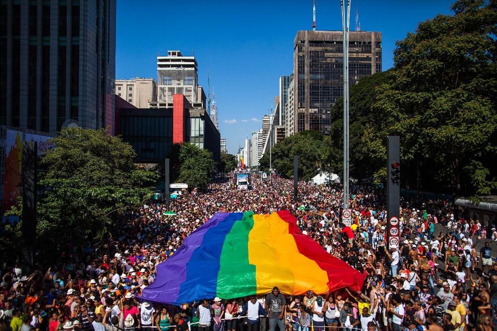 2.BRAZYLIA, Sao Paulo, 4 maja 2014: Przemarsz uczestników Gay Pride Parade ulicą w Sao Paulo. (Foto: Victor Moriyama/Getty Images)