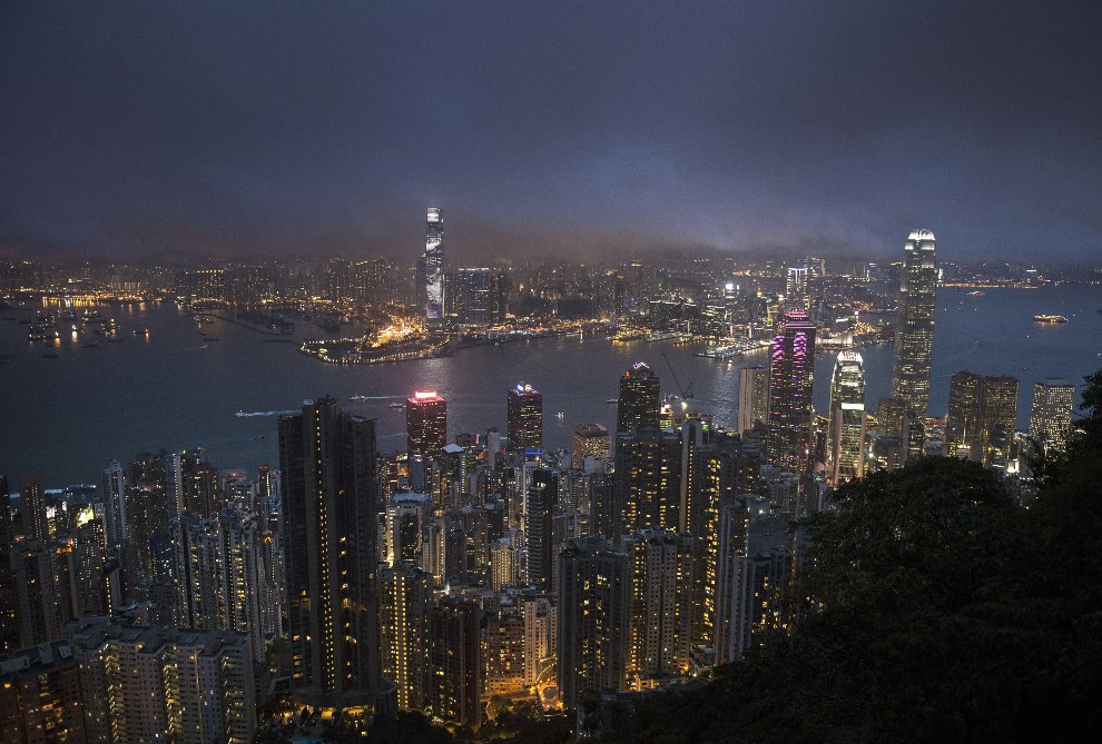 32.CHINY, Hongkong, 8 maja 2014: Widok nocą na Victoria Harbour. AFP PHOTO / ALEX OGLE