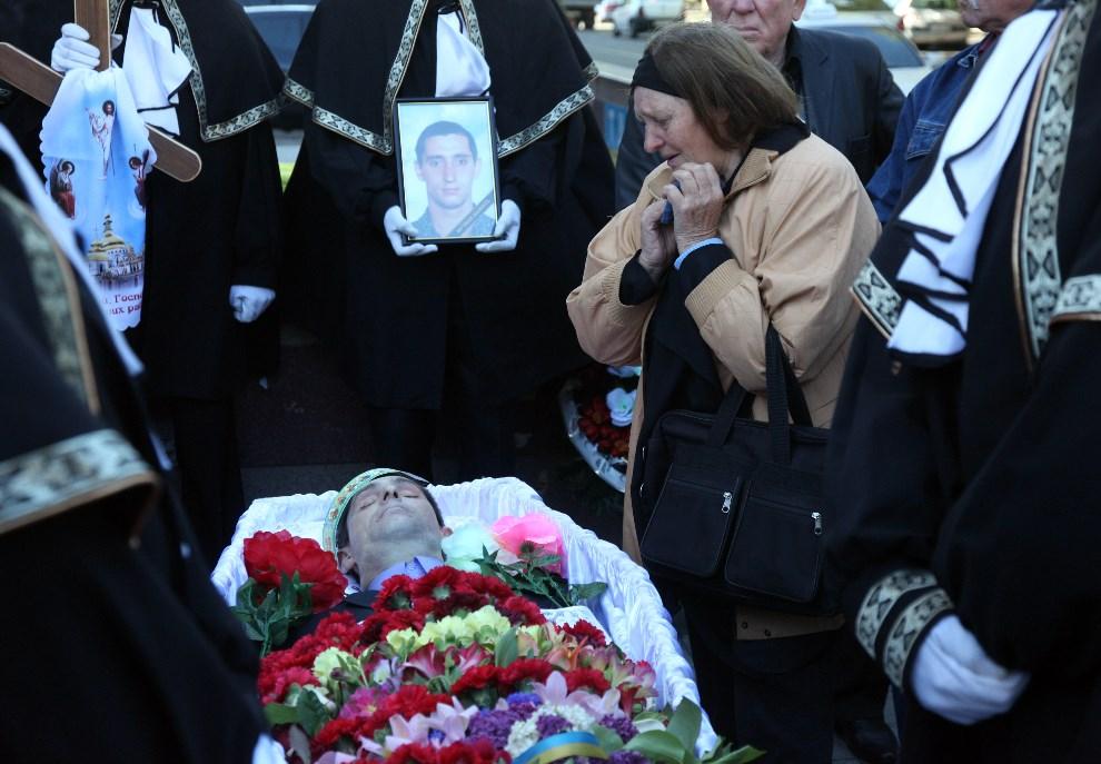 32.UKRAINA, Odessa, 6 maja 2014: Rodzina opłakuje mężczyznę zabitego podczas ataku bojówki prorosyjskiej. AFP PHOTO/ ANATOLII STEPANOV