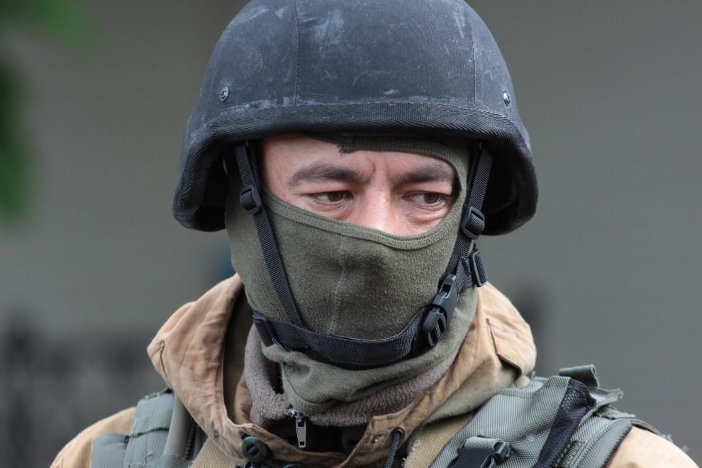 33.UKRAINA, Słowiańsk, 5 maja 2014: Ukraiński żołnierz na punkcie kontrolnym. AFP PHOTO / SERGEY BOBOK